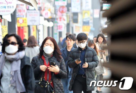 서울 중구 명동일대에서 마스크를 쓴 시민들이 발걸음을 재촉하고 있다. /뉴스1 © News1 황기선 기자