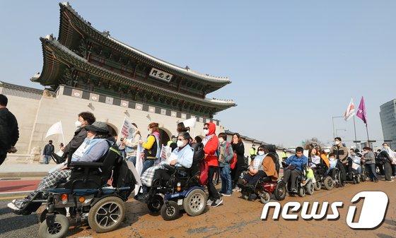 [사진]거리로 나온 장애인 단체 '장애인수용시설 폐지 촉구'