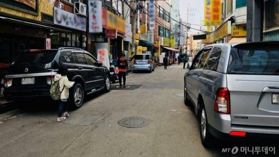 지난 27일 서울 종로구의 도로 양 쪽에 차량이 주차돼 있다. /사진=남궁민 기자