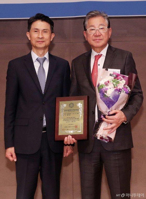 '2018 제1회 대한민국 혁신대상 시상식'에서 골드라인그룹 이홍기 회장이 수상했다/사진=김휘선 기자