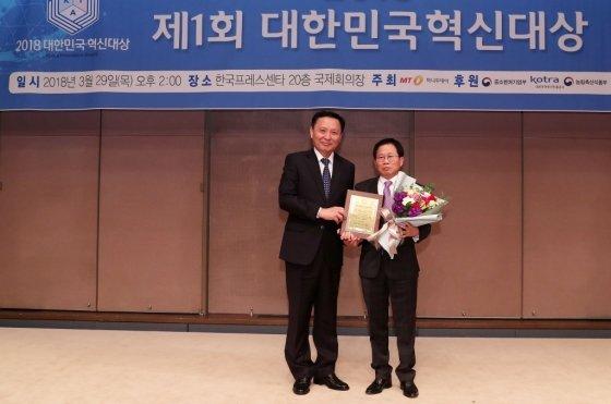 '2018 제1회 대한민국 혁신대상 시상식'에서 유비덤 정하문 연구소장이 수상했다/사진=김휘선 기자