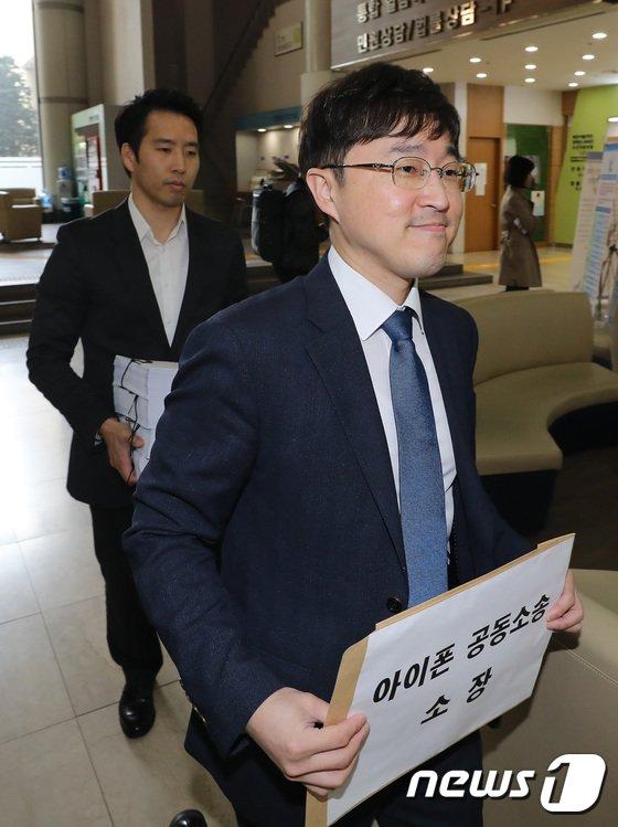 [사진]'아이폰 공동소송 소장 제출'