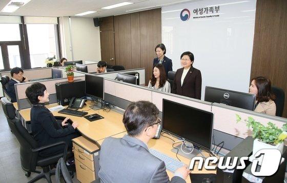 [사진]정현백 장관, 범정부 성희롱·성폭력 근절 추진 점검단 방문