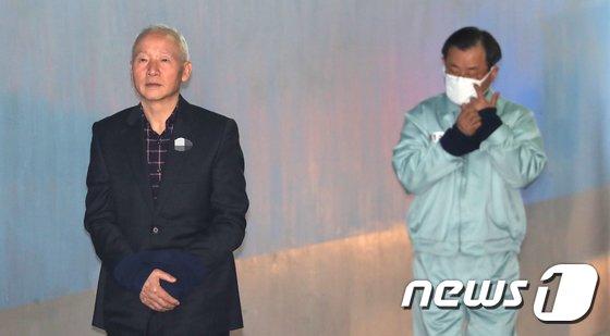 [사진]국정원 특활비 청와대 상납 공판 출적하는 전직 국정원장들
