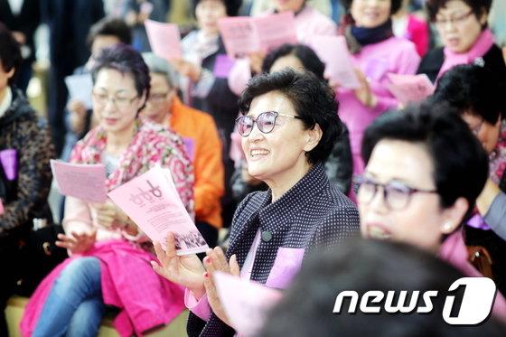 [사진]입학식에서 교가 부르는 할머니