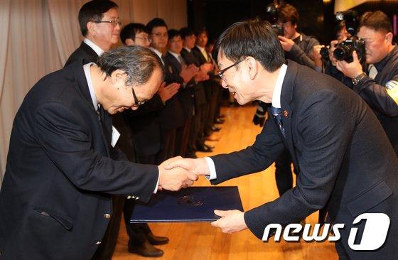 [사진]홍조 근정훈장 수여하는 김상조 공정거래위원장