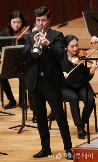 지난달 30일 오후 8시 서울 예술의 전당 콘서트홀에서 '2018 머니투데이방송과 함께하는 스타콘서트'에서 세계 무대에서 활약하고 있는 헝가리 출신 트럼페터 '타마스 팔팔비'(Tamás Pálfalvi)가 지휘자 장윤성이 이끄는 프라임필하모닉오케스트라와 협연하고 있다. 트럼펫 벨 부분에 '뮤트'를 장착하고 연주하고 있는 팔팔비./사진=김휘선 기자