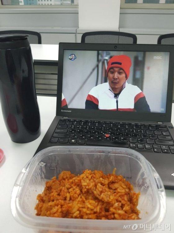 밀프렙 첫날. 김치볶음밥을 먹으며 여유로운 점심시간을 보내고 있다. /사진=박가영 인턴기자