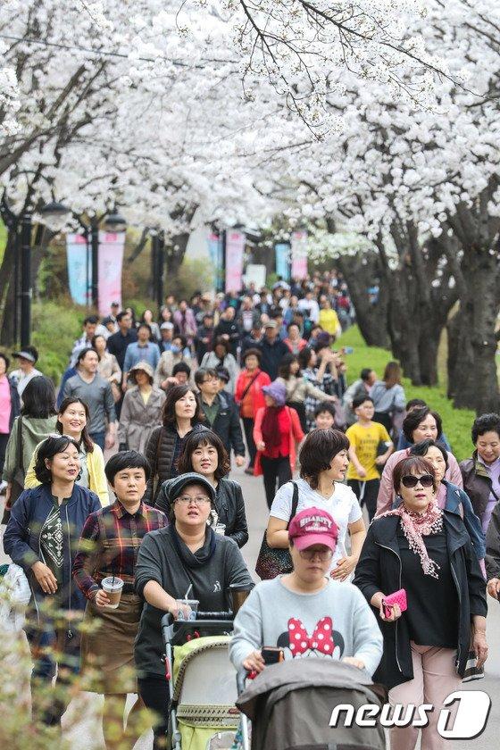 [사진]'봄만 같아라'