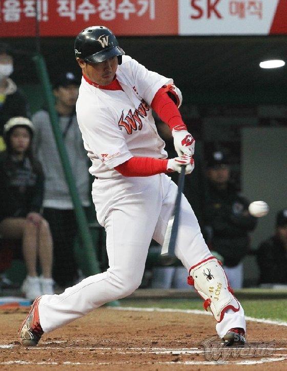 시즌 5호 홈런을 폭발시킨 최정. /사진=SK 와이번스 제공<br /> <br />
