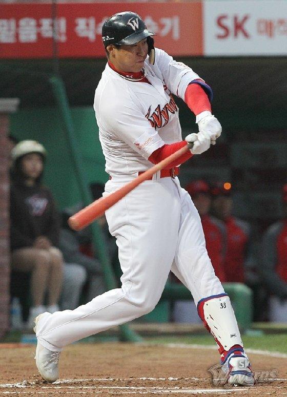 홀로 2홈런을 때려낸 김동엽. /사진=SK 와이번스 제공<br /> <br />