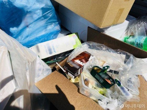 음식물이 묻은 채 버려져있는 비닐 쓰레기. 규정상 수거 불가능한 상태다. /사진=남궁민 기자