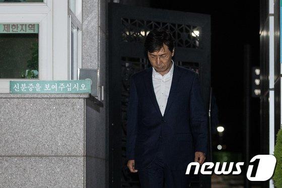 [사진]구치소 나서는 안희정 '혐의 다퉈볼 여지...영장 또 기각'
