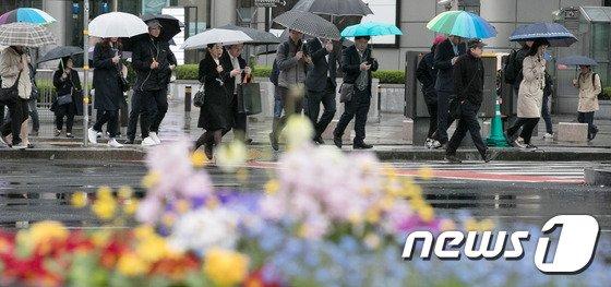 [사진]봄비 속 출근하는 시민들