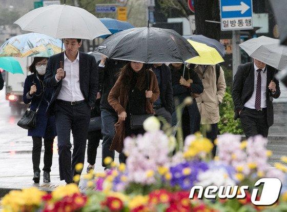 [사진]봄비에 우산쓰고 출근하는 시민들