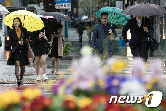 [사진]'촉촉한 봄비 내리는 출근길'
