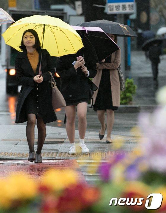 [사진]'봄비 속을 걸어요'
