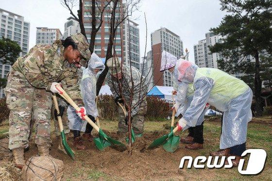 [사진]'식목일, 나무 심으러 왔어요'