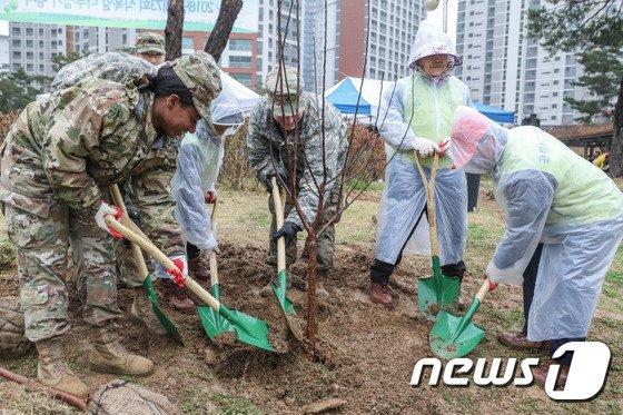 [사진]용산구민들과 함께 나무 심는 주한미군 장병들