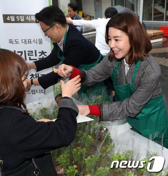 [사진]'섬기린초' 나눠주는 배우 김규리와 서경덕 교수