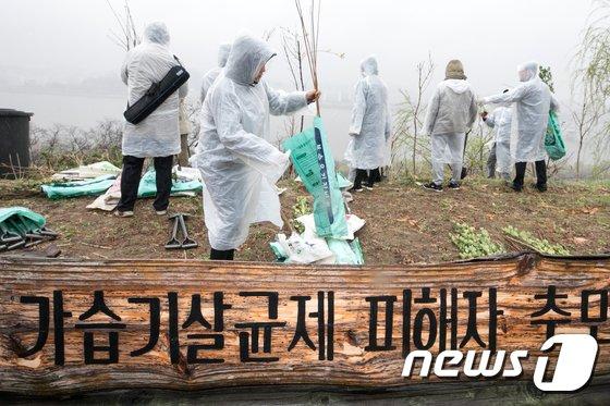 [사진]식목일 맞아 가습기살균제 피해자 추모의 숲 식수