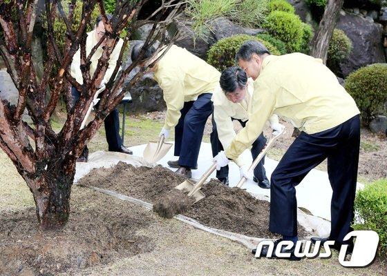 [사진]이진성 헌법재판소장 '식목일 맞아 나무 심습니다'