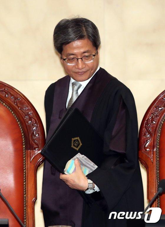 [사진]공개변론 입장하는 김명수 대법원장