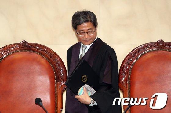 [사진]자리에 착석하는 김명수 대법원장