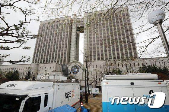 [사진]하루 앞 둔 박 전 대통령 1심 선고...'생중계 관심 집중'