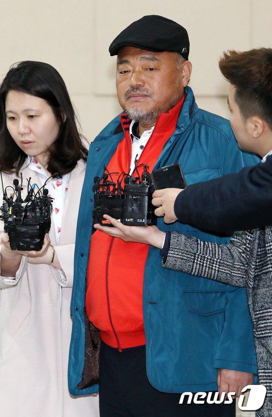 [사진]경찰 출석한 김흥국, '어두운 표정'