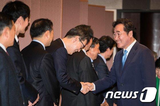 [사진]신문의 날 기념식 참석한 이낙연 총리