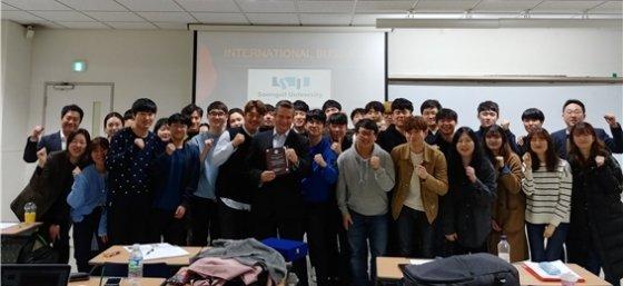 루이스 알베르토 케켄 수출 총괄자(사진 맨 앞줄 왼쪽 6번째)가 숭실대학교 기업경제학 수업 특강을 마치고 학생들과 기념 촬영 중이다/사진제공=비에이치앤컴퍼니