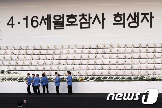 [사진]마지막 위패 모시는 진행요원들