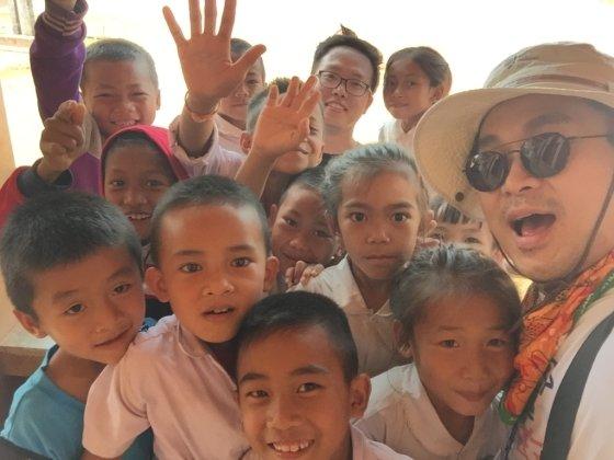 이상진 디렉터가 '희망여행 프로젝트'를 통해 만난 아이들과 찍은 사진/사진제공=하나투어문화재단