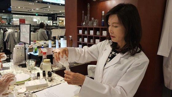 박애란 랑벨 대표가 현대백화점 신촌점에서 운영 중인 팝업스토어에서 수제화장품을 만들고 있다/사진제공=랑벨