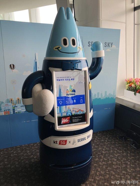 KT, 롯데월드타워 전망대에 5G 안내 로봇 운영