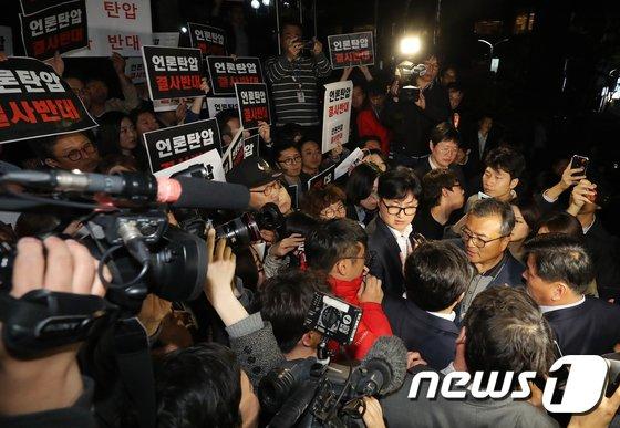 [사진]TV조선 압수수색 시도하는 경찰, 기자들과 대치