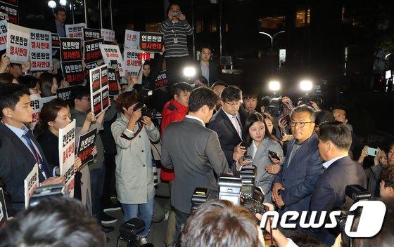 [사진]TV조선 압수수색 시도에 대치하는 경찰과 기자들