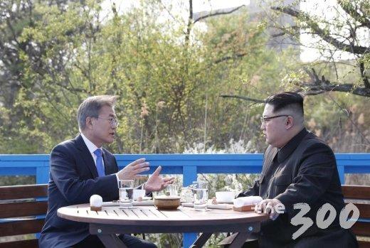 문재인 대통령과 김정은 국무위원장은 도보다리 위에서 담소를 나누고 있다.