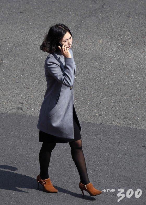 지난 1일 남북평화 협력기원 남측예술단이 머물고 있는 고려호텔에서 바라 본 평양시민들의 모습. 한 여성이 휴대전화기를 사용하고 있다. /사진=뉴스1