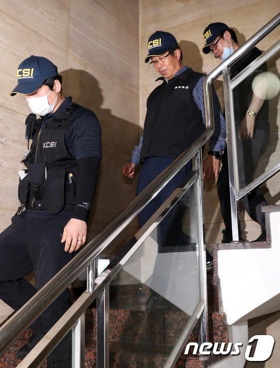 [사진]경찰 과학수사대, '집단 패혈증 피부과' 현장조사