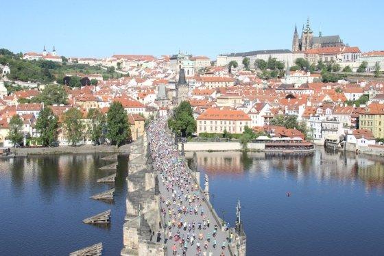 지난 6일 체코수도 프라하에서 열린 2018프라하마라톤 참가자들이 카를루프 다리를 건너고 있다. 멀리 오른쪽 위에 보이는 건물이 프라하 성. /사진=Marathon-Photos.com