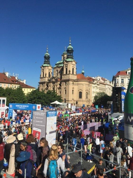지난 6일 체코 수도 프라하에서 열린 2018 프라하마라톤 골인점인 구시가 광장에서 응원 관중들이 완주한 참가자들을 맞이하고 있다.