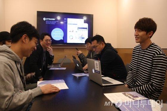 김천식 누벤트 대표이사(왼쪽 맨뒤)와 임직원들이 회의를 진행하고 있다/사진=김유경기자