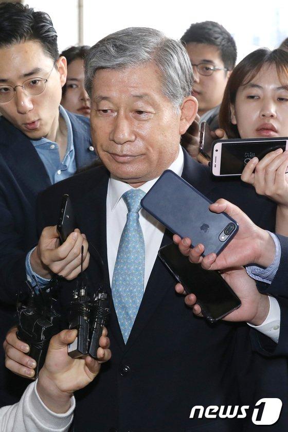[사진]검찰 소환되는 배득식 전 기무사령관 '묵묵부답'