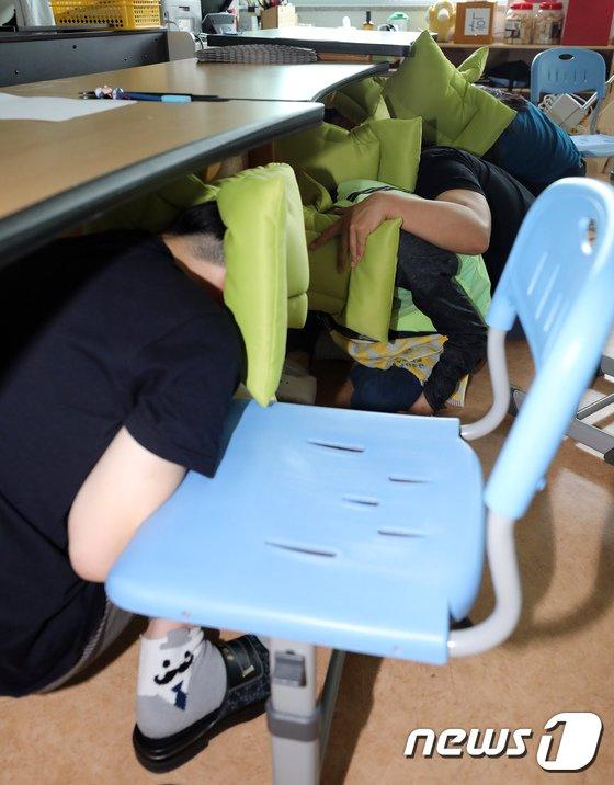 [사진]지진이 발생하면 책상 밑으로