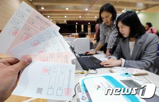 [사진]사전투표 준비에 분주한 선거관리위원회