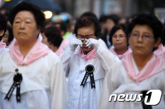 [사진]행진하며 눈물 닦는 5.18 유족