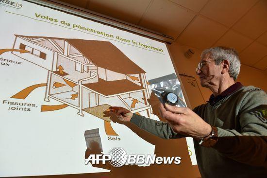 지난 1월 18일 프랑스 르제에서 열린 라돈 가스 관련 미팅에서 '프랑스 소비자 단체' 에서 활동하는 공기질 전문가가 라돈의 유입 경로를 설명하고 있다. /AFPBBNews=뉴스1