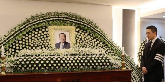 20일 서울대병원 장례식장에 마련된 구본무 LG 회장의 빈소에서 구 회장의 장남 구광모 LG전자 상무가 조문객을 맞고 있다. /사진=LG